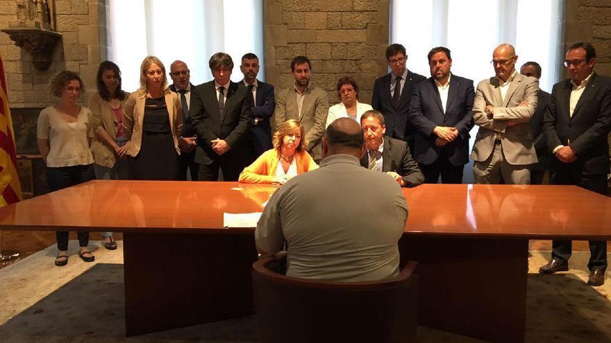 Los consellers del Govern acompañan a la consellera Borrás mientras recibe el escrito del TSJC