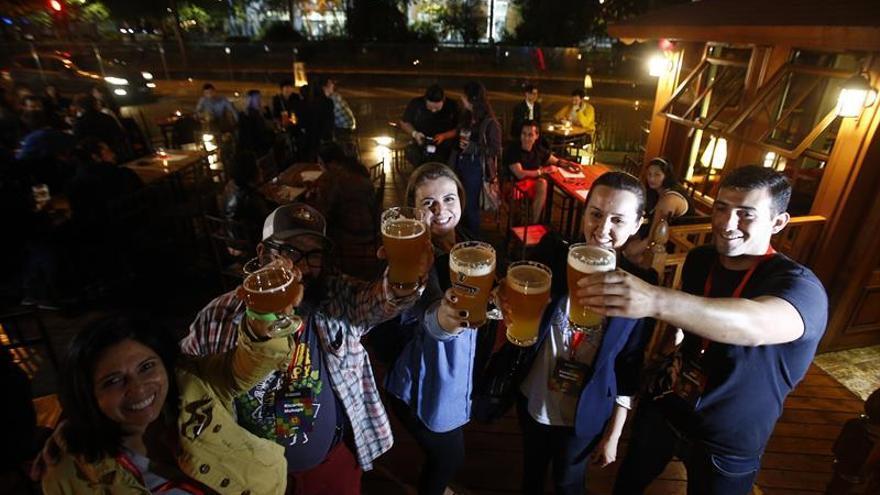 Cientos de tipos de cervezas compiten en Santiago por ser la mejor en Latinoamérica