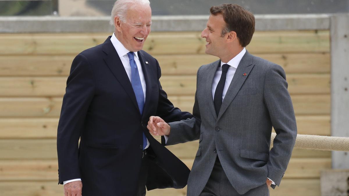 El presidente francés, Emmanuel Macron, y el estadounidense, Joe Biden, en la cumbre del G7 celebrada el pasado mes de junio en Carbis Bay (Reino Unido).