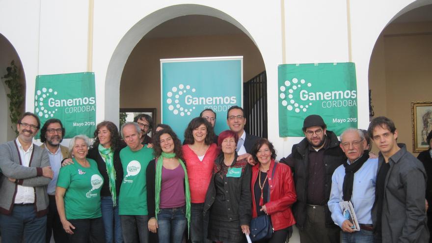 El candidato de Ganemos Córdoba, Rafael Blázquez (quinto por la izquierda) junto a otros miembros de su lista.