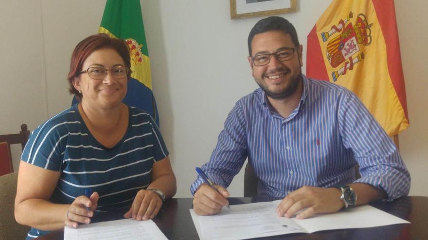 El alcalde de Barlovento en el acto de la firma del convenio con la Asociación  para la Música Tabladitos.
