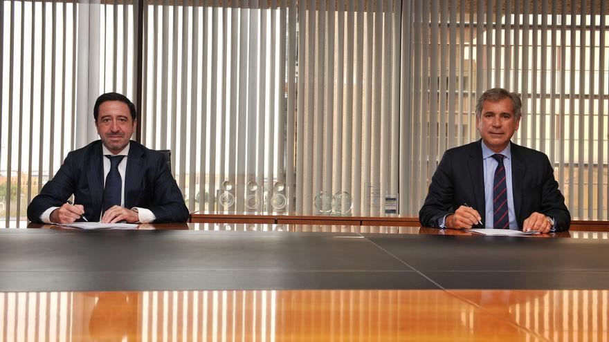(Izquierda A Derecha) Alberto Del Cid, Consejero Delegado De Inversis, Y Diego López Abellán, Director De Servicios Financieros De Accenture, Durante La Firma De Un Acuerdo.