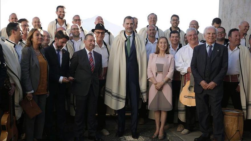 """El Rey inaugura telescopios """"hito"""" de astronomía en """"tesoro"""" cielos canarios"""