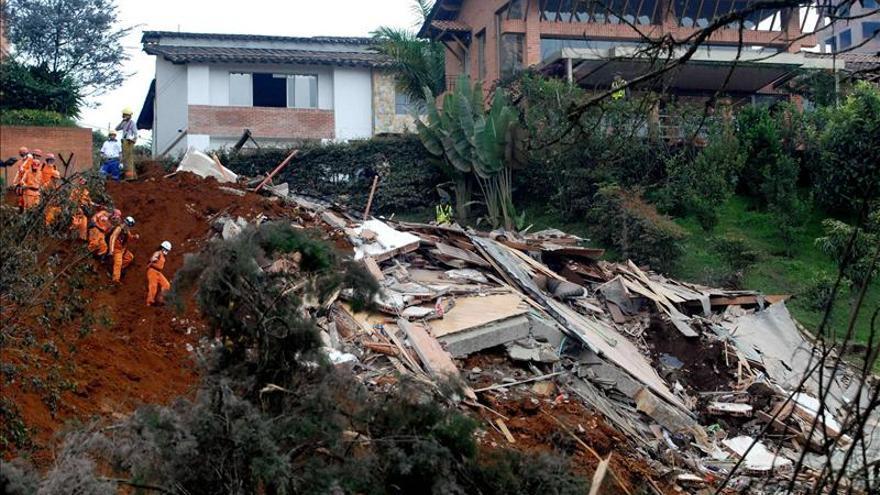 Se reanudan labores de rescate en zona afectada por deslaves en Ecuador