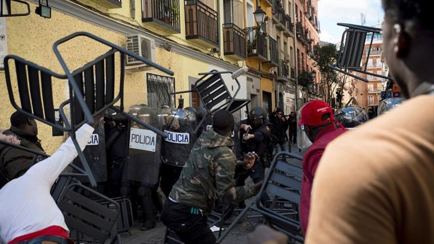 Los senegaleses que se han concentrado hoy en la Plaza Nelson Mandela del barrio madrileño de Lavapiés han intentado agredir y obligado a refugiarse en un bar al cónsul de su país en Madrid.