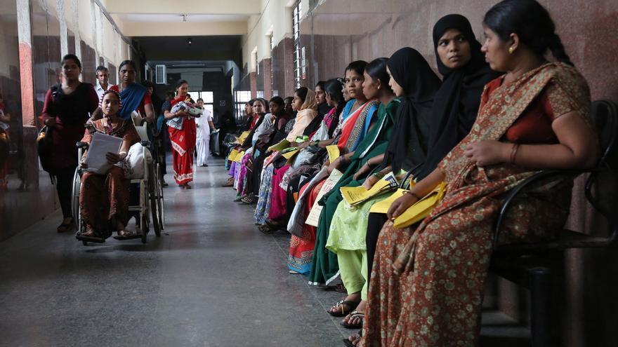 Imagen de archivo: Mujeres embarazadas esperan su turno para ser examinadas en un hospital del gobierno. India es el segundo país más poblado con 1,2 mil millones de personas junto a China.