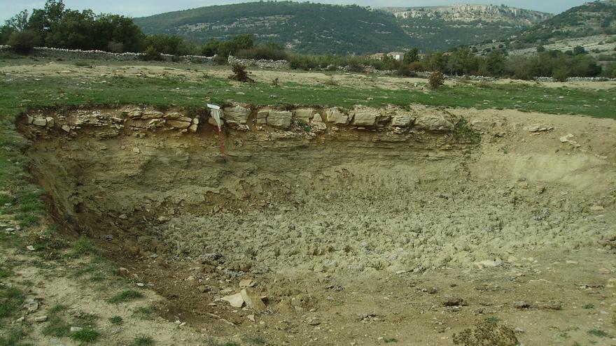 Charca de ganado seca en Ares del Maestrat.
