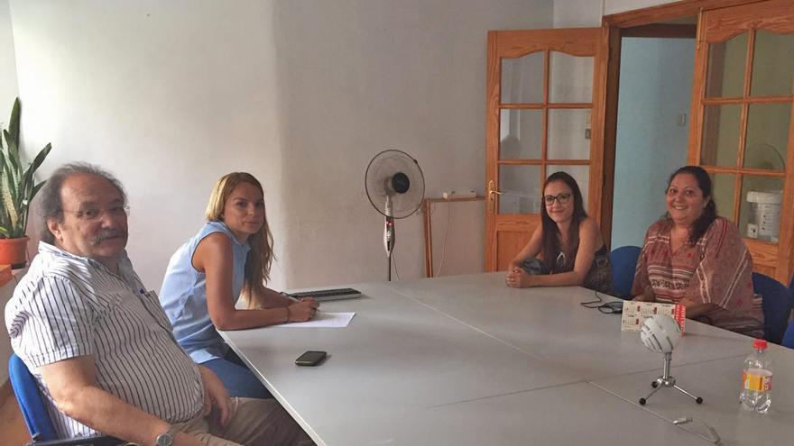 La portavoz del grupo parlamentario de Podemos, Noemí Santana, se reúne con las familias adjudicatarias.