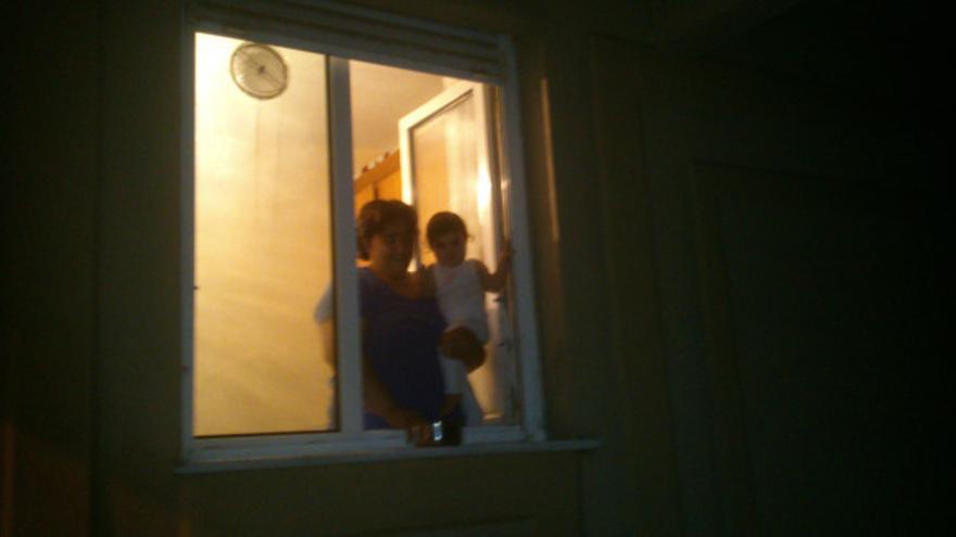 Vecina dando ánimos con su cacerola desde la ventana.