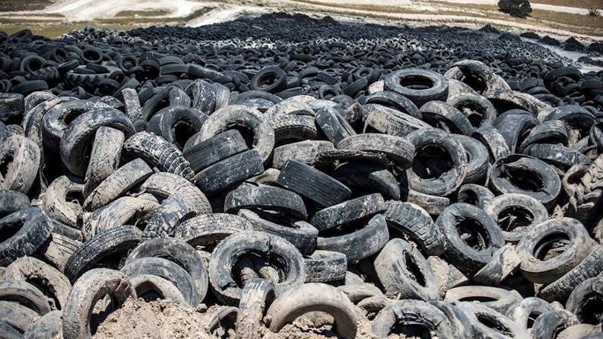 Luz verde para la retirada de neumáticos de tres depósitos ilegales de Castilla-La Mancha