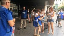 Miembros de Acaip reparten chorizos entre los viandantes a las puertas de la delegación del Gobierno en Valencia