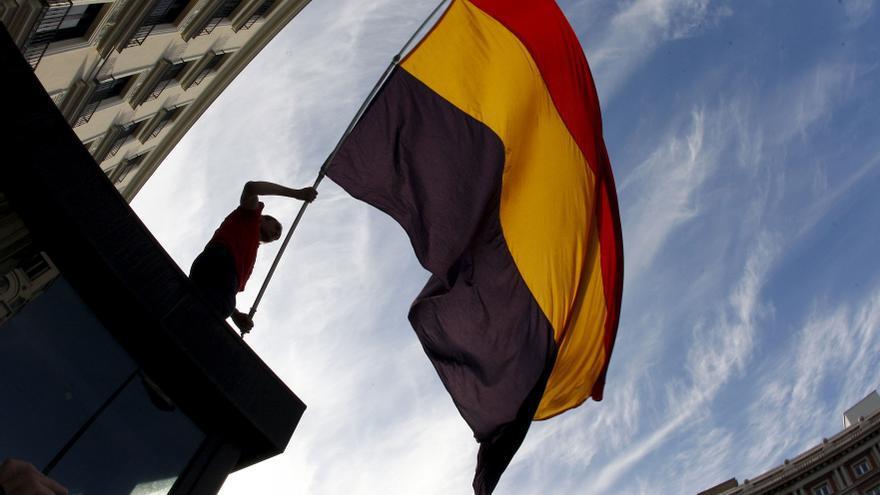 Un joven ondea la bandera republicana durante una manifestación convacada en abril de 2010 en Madrid por la Plataforma contra la Impunidad del Franquismo / KOTE RODRIGO (EFE)