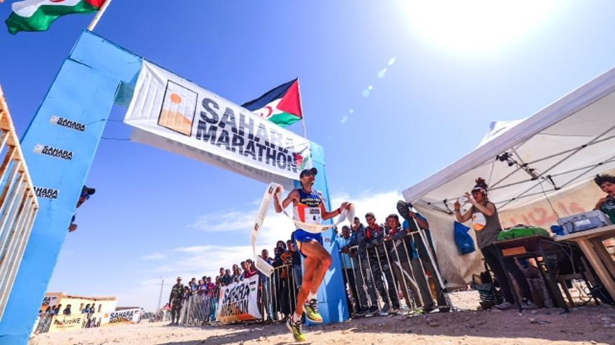 Giorgio Calcaterra vence en el Sahara Marathon 2017 (© Carrascosa Fotógrafos).