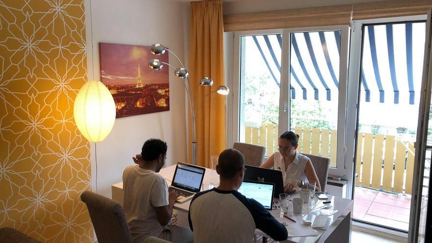 El berlines Yulian utiliza el salón de su casa como coworking para otros trabajadores.