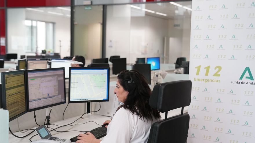 Archivo - Una trabajadora del centro de Emergencias 112 Andalucía