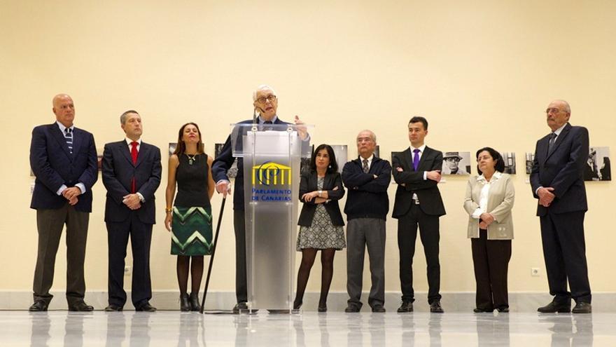 Martín Chirino durante la inauguración de la exposición fotográfica en el Parlamento de Canarias