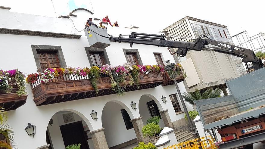 En la imagen, operarios del Ayuntamiento de Los Llanos de Aridane, este miércoles, durante los trabajos de colocación del escudo del municipio en  la fachada del Ayuntamiento.