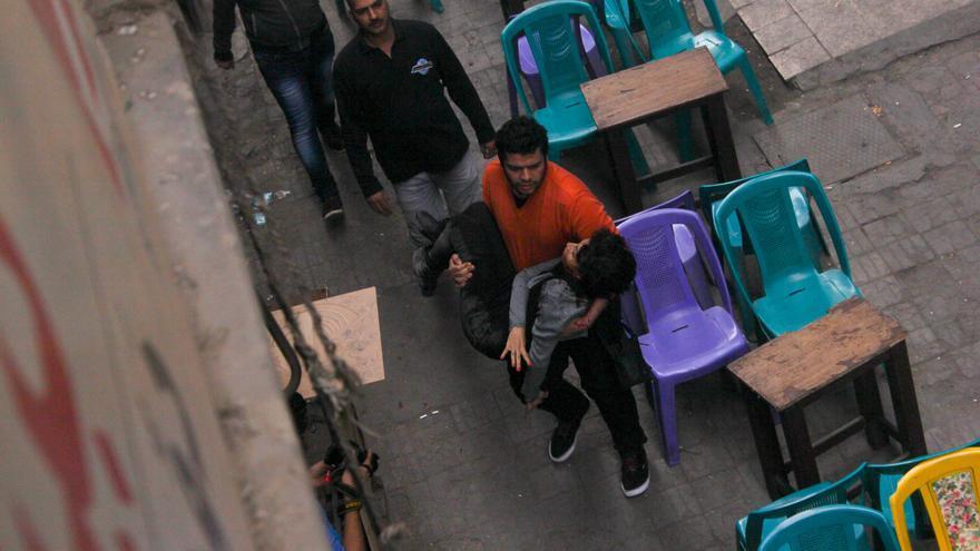 La activista egipcia Shaimaa al-Sabbagh, herida, es trasladada por un hombre después de que recibiera los disparos que le provocaron la muerte. / Stringer/ZUMA Press.