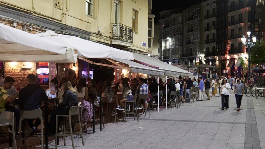 Ambiente en una calle de bares de Santander.