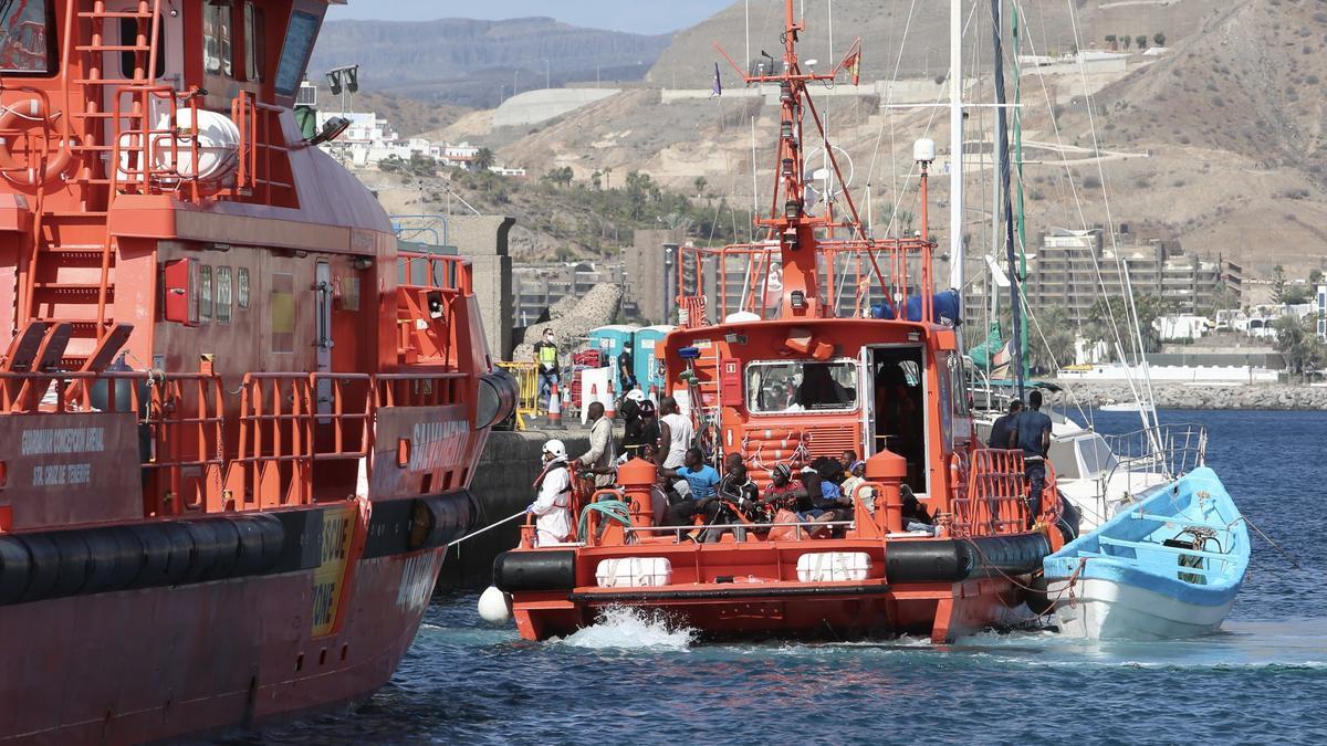 Un barco de Salvamento Marítimo en el muelle de Arguineguín