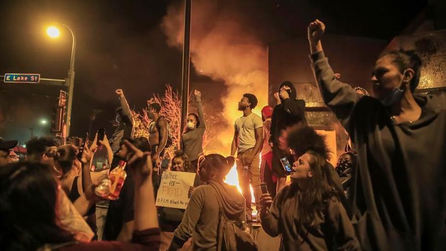 Prenden fuego a una estación de Policía en otra noche de protestas en Mineápolis