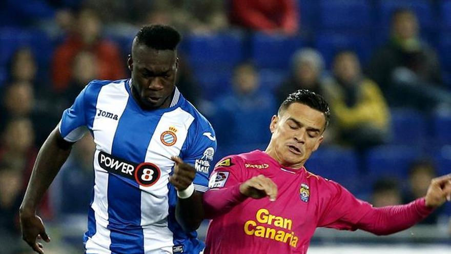 El delantero ecuatoriano del Espanyol Felipe Caicedo (i), pelea un balón con el centrocampista de la UD Las Palmas Roque Mesa, durante el partido de la decimosexta jornada de liga en Primera División disputado en el Power8 Stadium de Cornellá-El Prat.