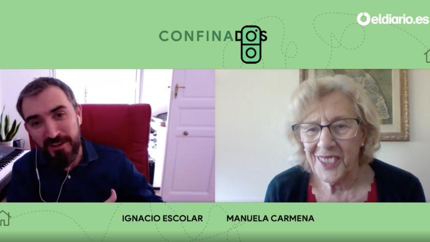 Manuela Carmena charla, de casa a casa, con Ignacio Escolar