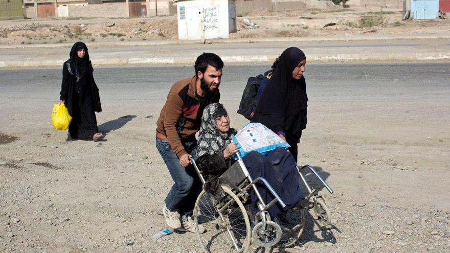 Personas desplazadas llegando al checkpoint de Bazwaya, a cinco kilómetros de Mosul © AP Photo/Marko Drobnjakovic