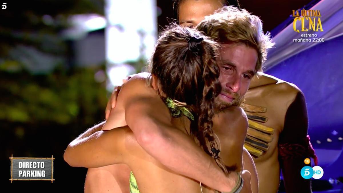 Tom abraza a Melyssa, al ser expulsado