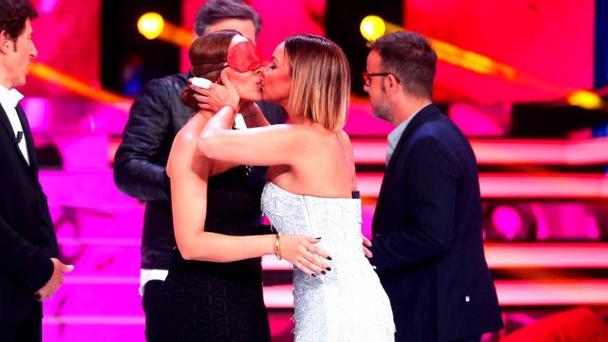 Beso de Chenoa y Mónica Naranjo en Tu cara no me suena todavía