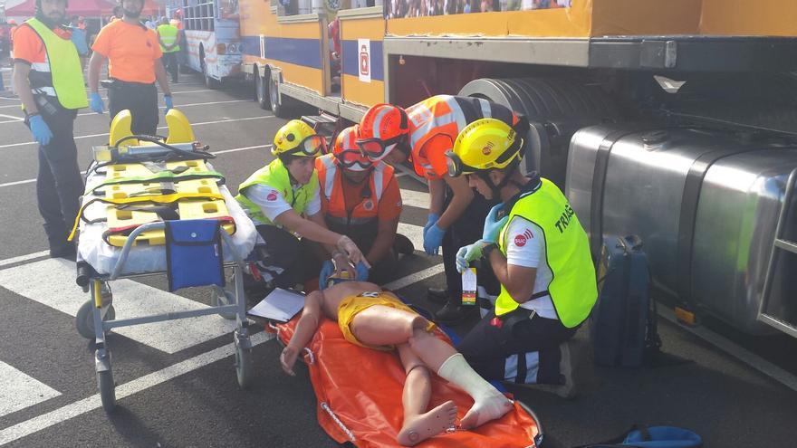 Simulacro de accidente entre dos carrozas del Carnaval, en Las Palmas de Gran Canaria.
