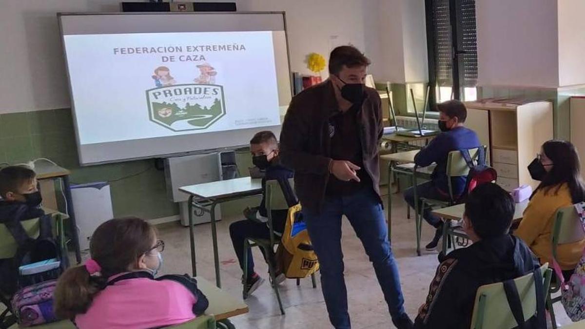 Clases sobre la caza en un colegio público extremeño