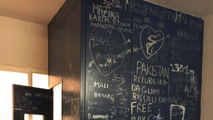Una de las paredes del CIE de Aluche con pintadas de algunos de los internos. Imagen cedida.