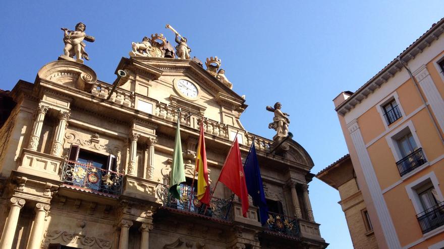 La fachada de la Casa Consistorial de Pamplona, con las banderas oficiales.