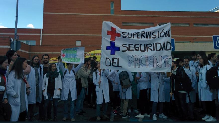 Concentración de residentes del 12 de octubre, en huelga de guardias en urgencias. / @resisH12O