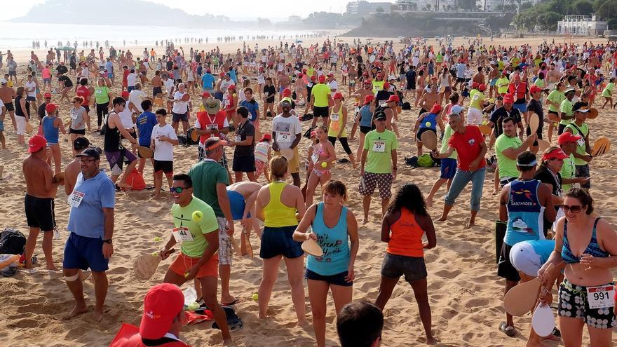 Santander bate el récord mundial de personas jugando a las palas a la vez en la misma playa