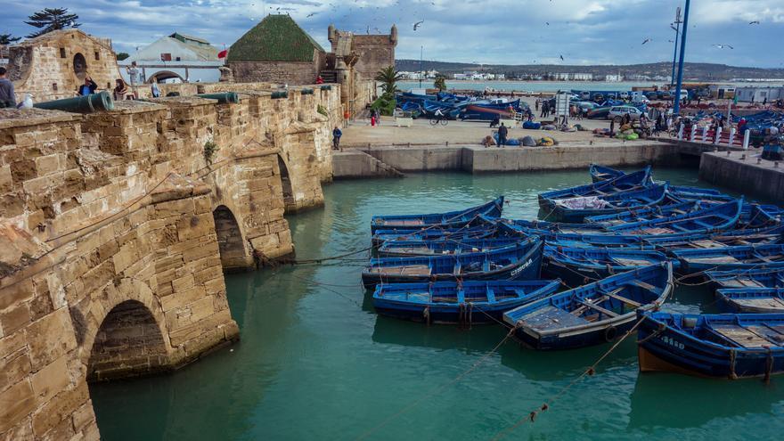 Barcas azules en el viejo puerto. Las fortificaciones portuguesas dominan esta parte de la ciudad. Klim Levene