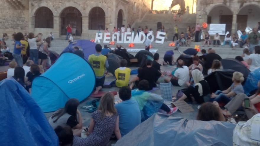 Acción con las tiendas de campaña en la Plaza Mayor de Cáceres / @Sol_Invierno