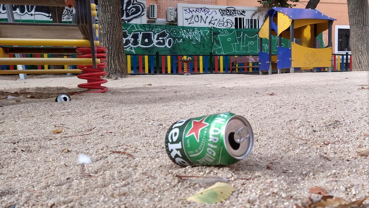 Lata de cerveza abandonada en un parque infantil de la Plaza del Dos de Mayo
