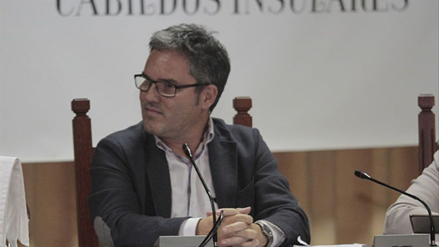 Miguel Ángel Santana, director insular del Territorio, en el pleno del Plan de La Geria