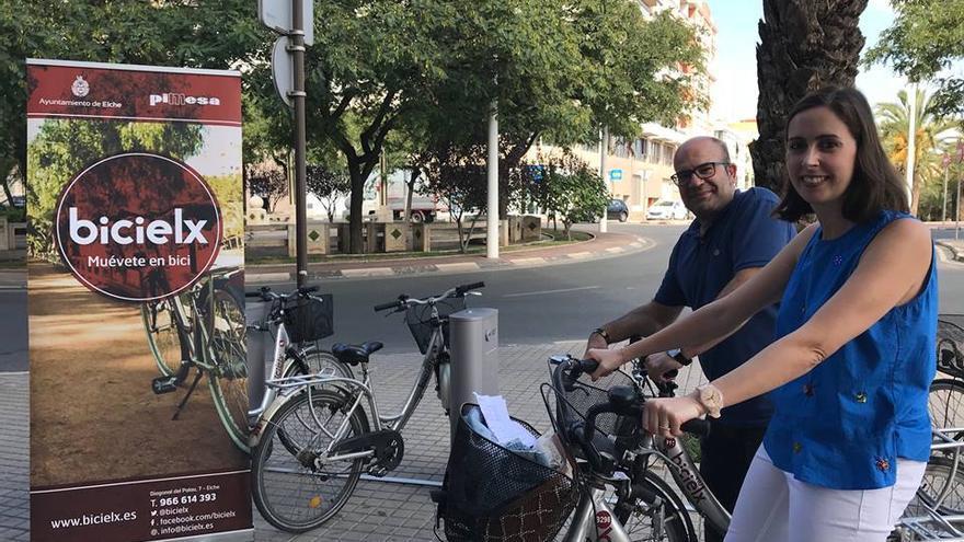 La concejal de Movilidad de Elche, Esther Díez, inauguró una nueva estación de bicicletas el 20 de septiembre.