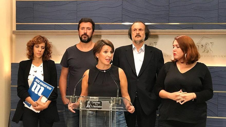 La portavoz de En Marea, Yolanda Díaz, y los demás diputados de la confluencia gallega, en una rueda de prensa en el Congreso.