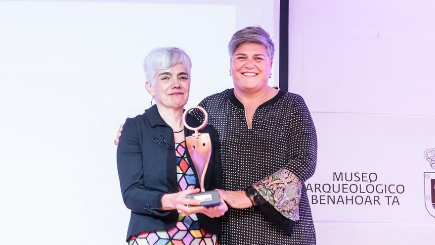 Ana Montesinos (i) recibe el premio de manos de Noelia García.