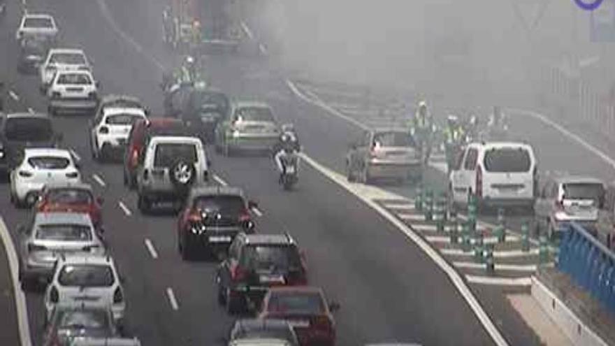 Una guagua ardiendo en la TF-5 provoca importantes retenciones en la autopista