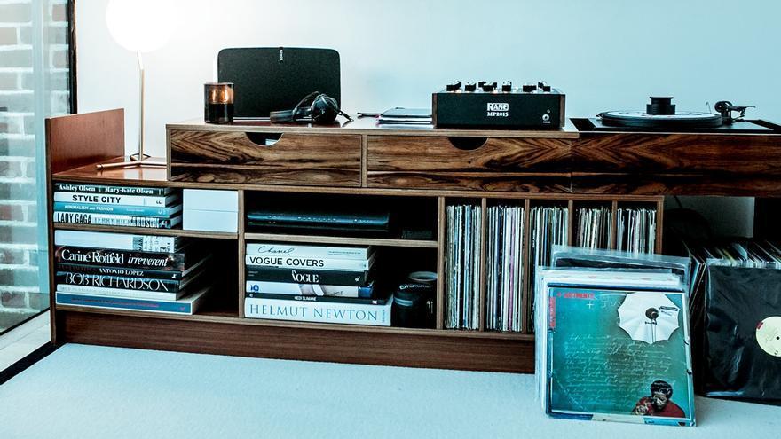 En la serie de contenidos Home Listening (foto: Bicep), un equipo de RA pasa una jornada en la intimidad con los artistas y sus colecciones de discos