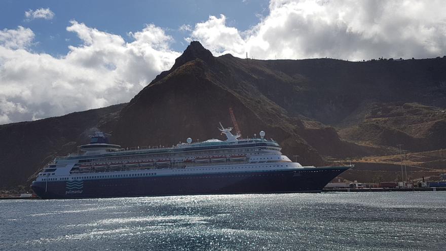 El buque 'Monarch', este jueves, en el muelle polivalente del Puerto de Santa Cruz de La Palma. Foto: LUZ RODRÍGUEZ.