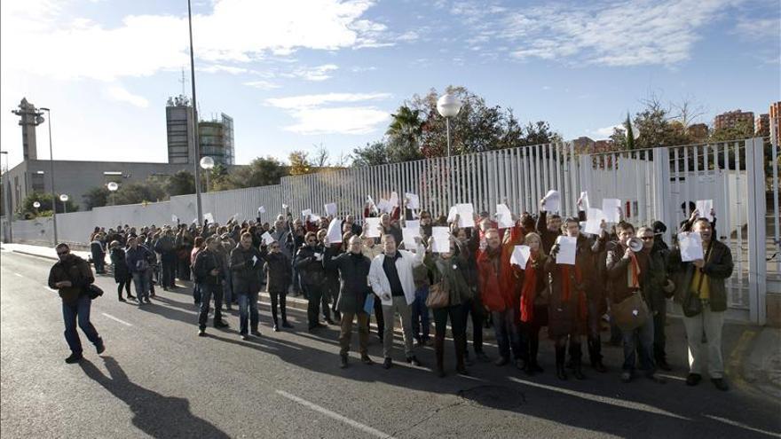 Trabajadores de RTVV frente a la sede de la cadena tras su cierre.