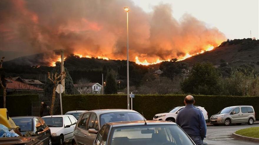 Unas 120 hectáreas quemadas en el incendio de Berango, sin personas afectadas