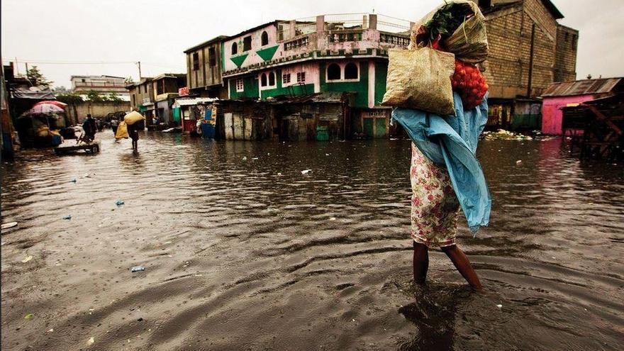 Imagen de archivo. Una mujer camina por un mercado inundado en Puerto Príncipe. El huracán Sandy pasó al oeste de Haití el 25 de octubre de 2012 causando fuertes lluvias y vientos, inundaciones de viviendas y desbordamientos de ríos. EUROPA PRESS/LOGAN ABASSI UN/MINUSTAH