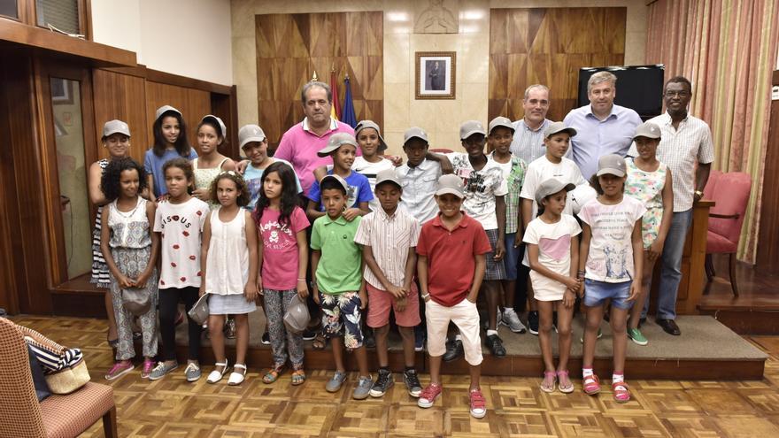 En la imagen, los niños con las autoridades insulares.